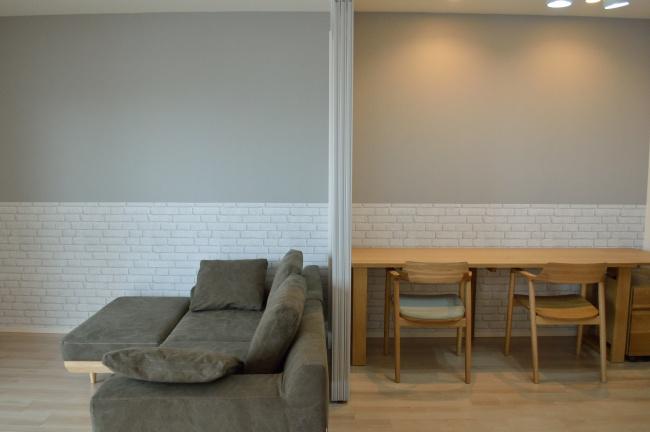 無垢材のソファとデスク