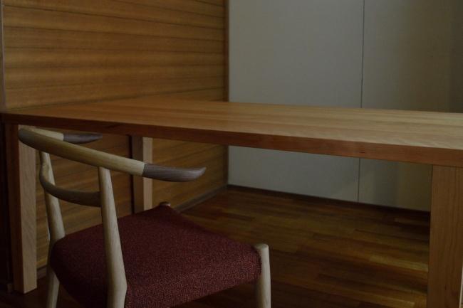 WOCアームチェアとブラックチェリー無垢材テーブル