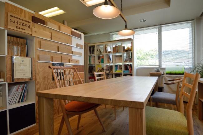 タモ無垢材テーブルとオーク無垢材椅子