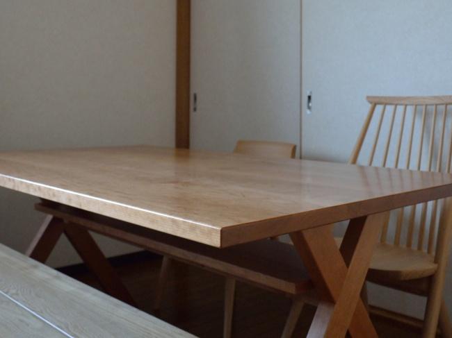 クロス脚ブラックチェリー無垢材のダイニングテーブル