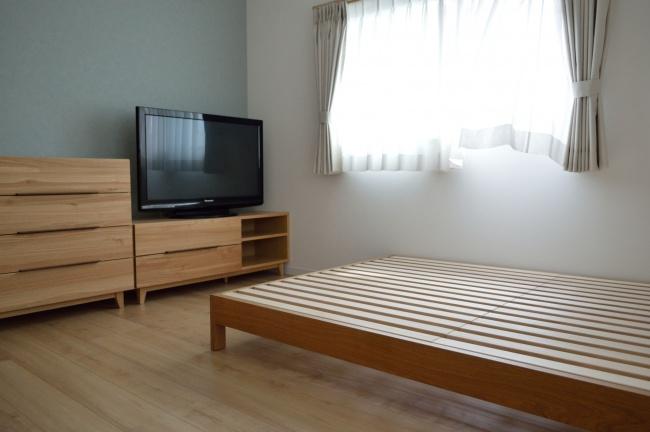 オーク無垢材のベッドフレーム