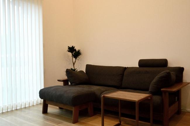 ウォールナット無垢材のソファとサイドテーブル