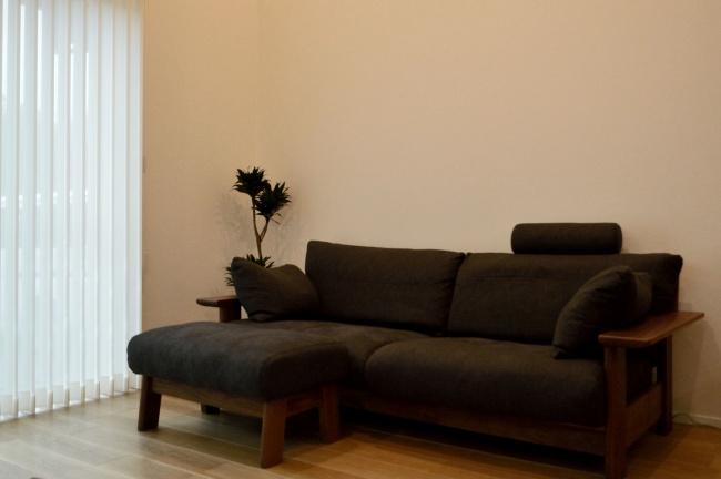 ウォールナット無垢材のソファとオットマン