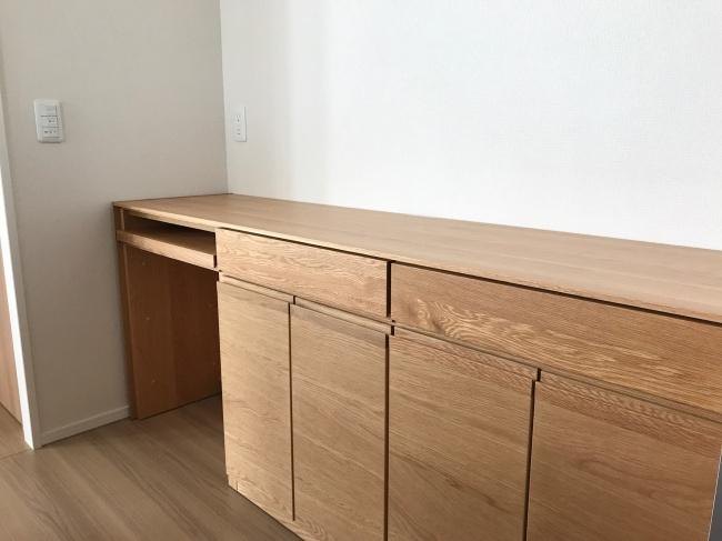 オーク材の腰高キッチンボード