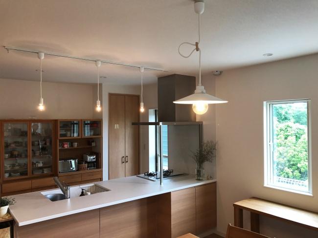 照明と無垢材の家具