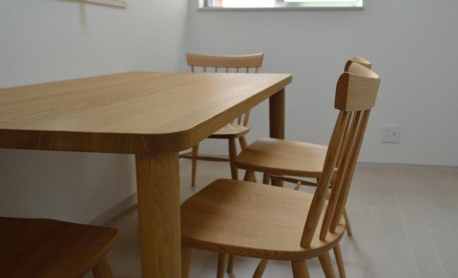 タモ無垢材の角丸面のダイニングテーブル