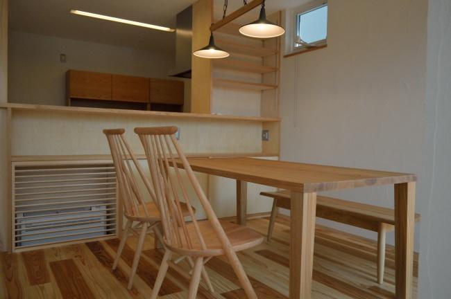 タモ無垢材ダイニングテーブルとオーク無垢材の椅子
