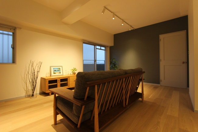 背面が美しいウッドフレーム無垢材のソファ