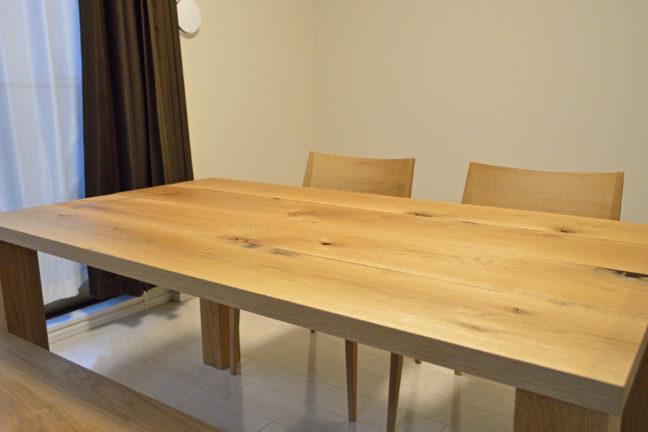 ラフな仕上げのダイニングテーブル