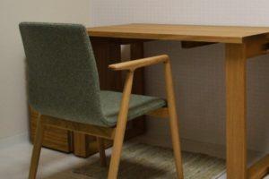 宮崎椅子のGINAとナラのデスク