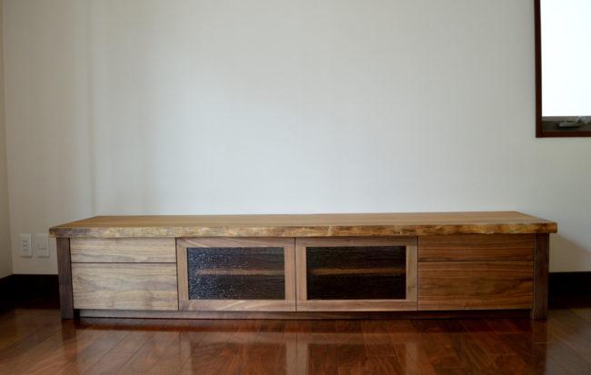 アサメラ一枚板とウォールナット無垢材のオーダーメイドTVボード