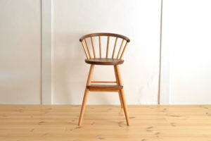 ウォールナットの子ども椅子