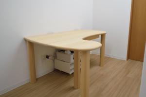 豆型テーブルの診察机