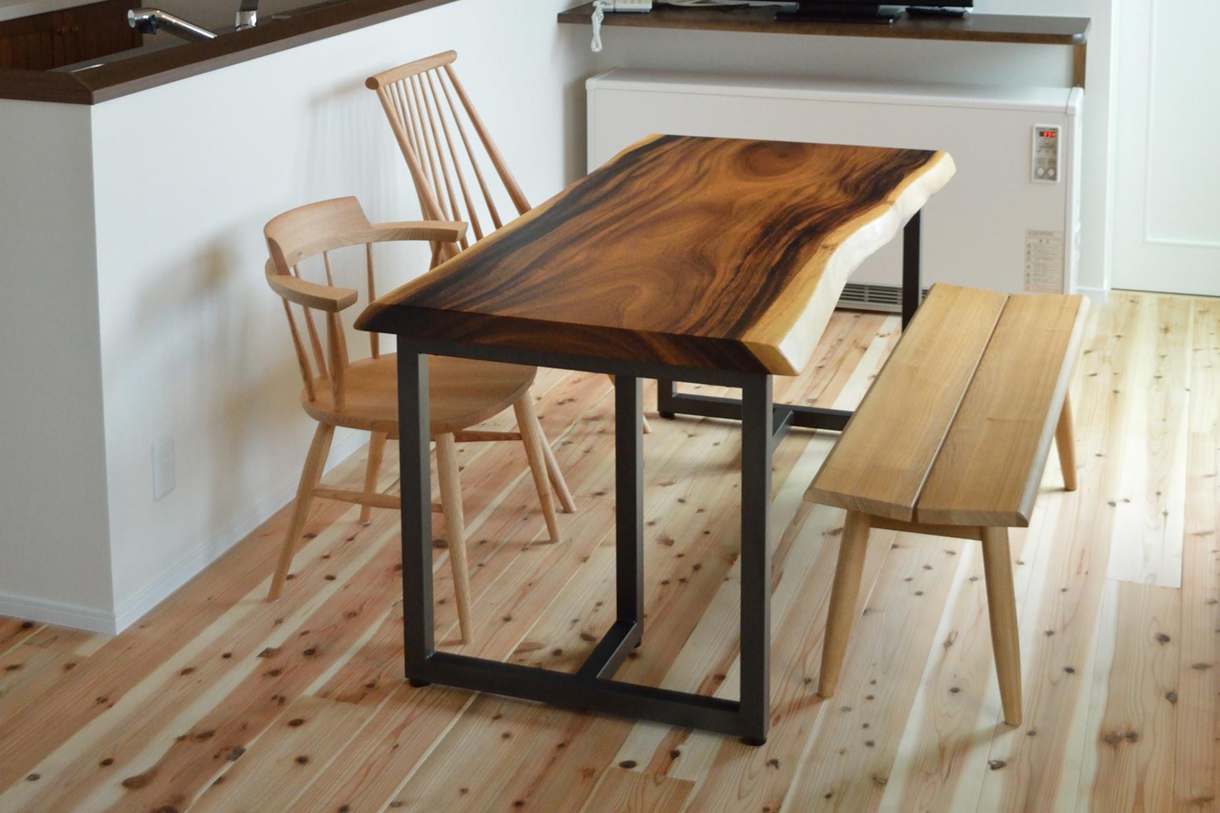 一枚板テーブルと無垢材のベンチ