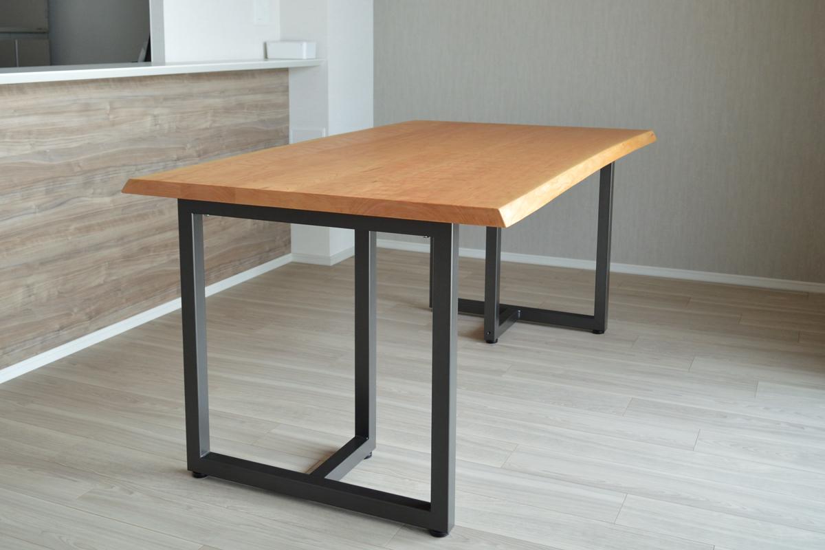 ブラックチェリーの耳付きダイニングテーブル