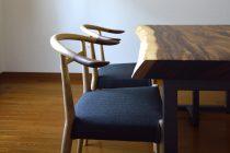 ニッシン木工のWOC-131チェアとモンキーポッド一枚板