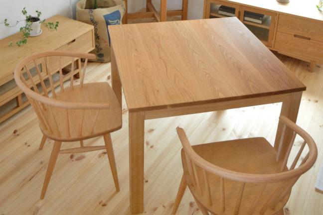 オーク無垢材の正方形テーブルとアームチェア