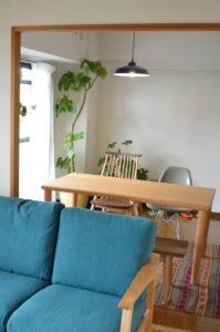 ブラックチェリー無垢材のテーブルとソファ