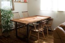 一枚板リメイクテーブルと無垢材ツートンの椅子