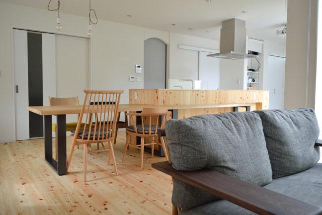 鉄脚のダイニングテーブルとカウンターテーブル