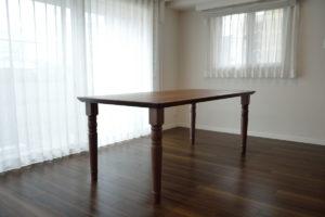 ロクロ脚のダイニングテーブル ウォールナット材
