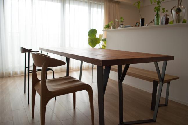 鉄脚と無垢材のダイニングテーブル