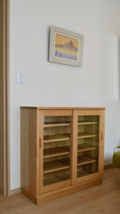オーク無垢材とガラスの引き戸棚