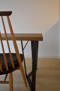 ウォールナット耳付き天板と鉄脚のダイニングテーブル