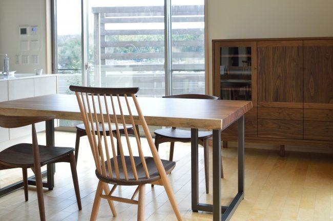一枚板テーブルとウォールナットのキャビネット