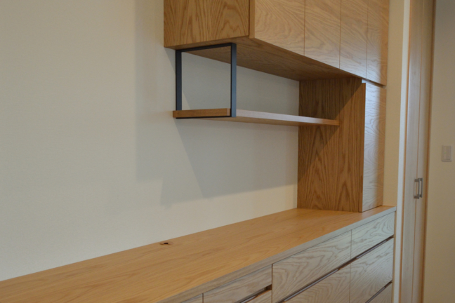 オーク材のキッチンボード食器棚