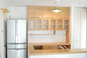 チェッカーガラスと鉄製取手のキッチンボード