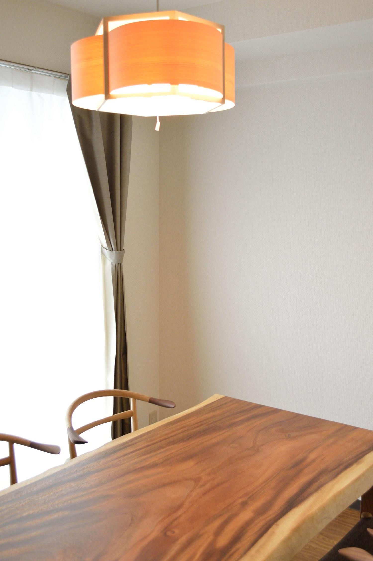 モンキーポッド一枚板のテーブルとWOC131チェア
