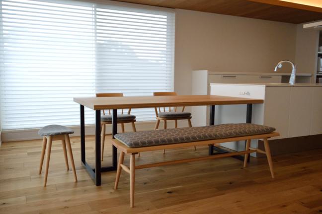 タモ無垢材と鉄脚のダイニングテーブル