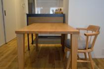 オークと鉄のキッチン棚とダイニングテーブル
