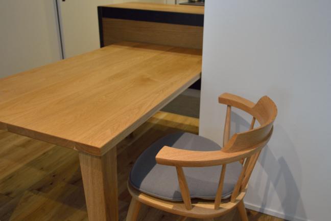 オーク無垢材のダイニングテーブルと椅子