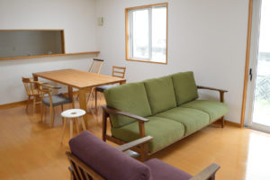 ウォールナット無垢材のソファ