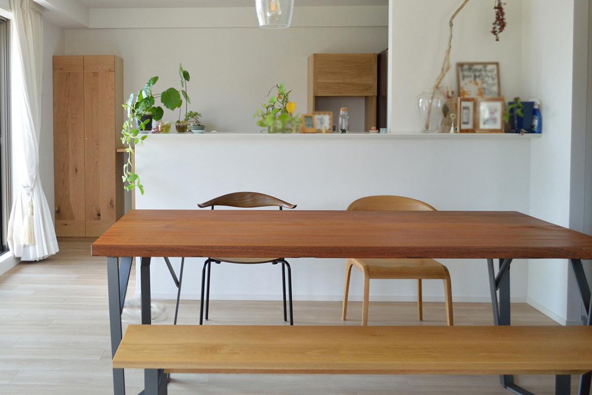 鉄脚ダイニングテーブルとオーダー食器棚