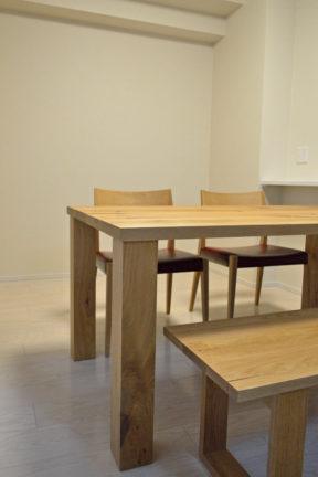 オーク無垢材のラフ仕上げのダイニングテーブル