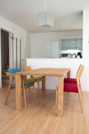 無垢材テーブルとミナペルホネンのタンバリンの椅子