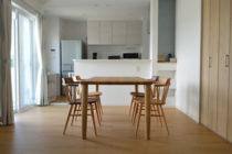 タモ無垢材の丸脚ダイニングテーブル