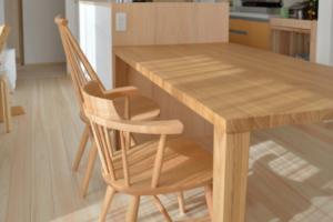 タモ無垢材のダイニングテーブルと椅子