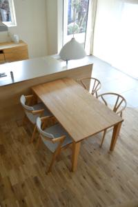 シンプルなタモ無垢材ダイニングテーブル