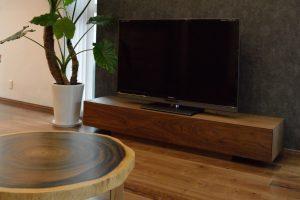 ウォールナットのシンプルなテレビボード