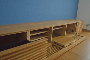 スライドトレー付きのテレビボード