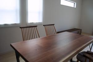 ウォールナット無垢材耳付きダイニングテーブル