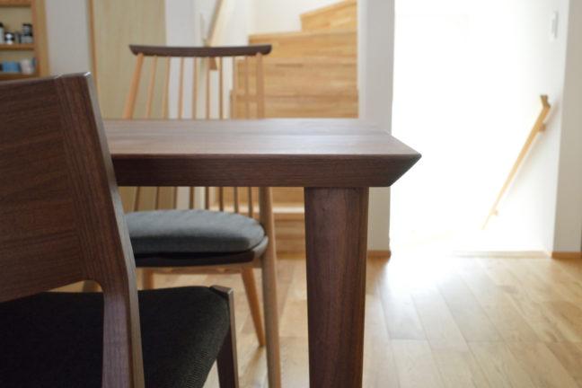 ウォールナット無垢材の丸脚テーブル