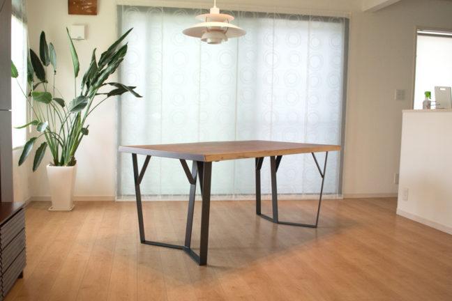 オリジナルのウォールナット鉄脚ダイニングテーブル