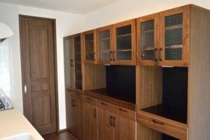 ウォールナットのシンプルな食器棚
